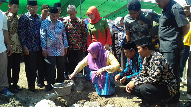 Peletakan batu pertama Pembangunan Sekolah Al Qur'an dan Pondok Pesantren Wahdah Islamiyah oleh Bupati Kabupaten Bima